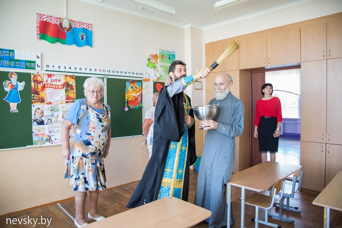 Клирик Александро-Невского храма перед началом нового учебного года совершил чин освящения 108 и 133 средних школ