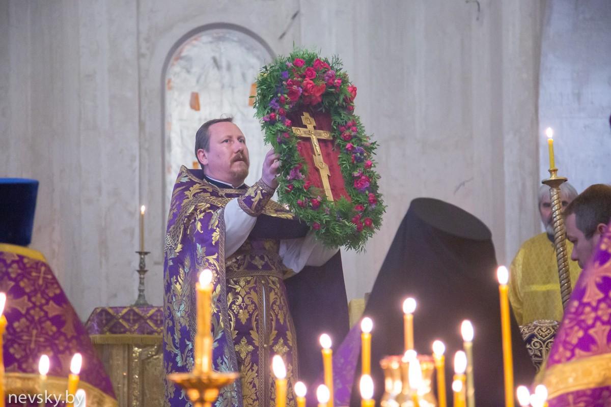 В канун праздника Воздвижения Креста Господня настоятель Александро-Невского храма возглавил Всенощное бдение (фоторепортаж)