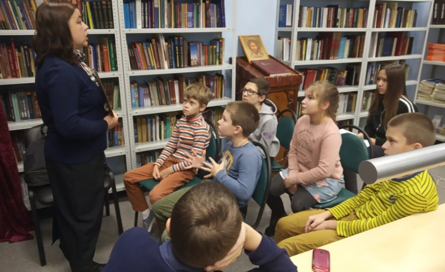 Воскресная школа Александро-Невского храма посетила приходскую библиотеку